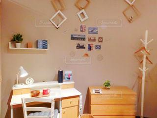 リビング ルームの家具と壁の絵でいっぱいの写真・画像素材[1136028]