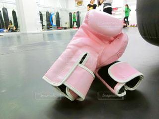 トレーニングジムでのキックボクシンググローブ - No.1136031