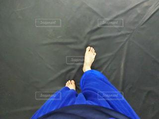 トレーニングマット上に横たわる人の写真・画像素材[1138027]