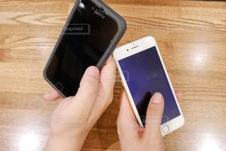 携帯電話を持つ2人の写真・画像素材[1143041]