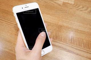 携帯電話を持つ手の写真・画像素材[1143153]