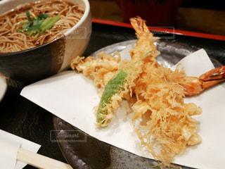 テーブルの上に蕎麦と天ぷら - No.1150575