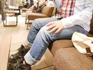 テーブルに座っている男性の写真・画像素材[1150577]