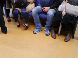 電車内でベンチに座っている人々の写真・画像素材[1158975]