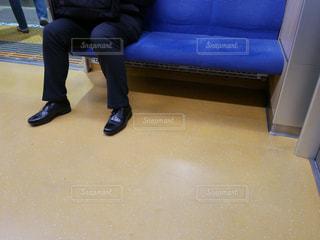 電車のソファに座る男性の写真・画像素材[1158976]
