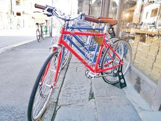 自転車は建物の脇に駐車の写真・画像素材[1158978]