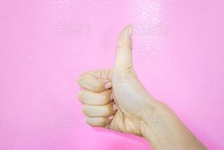ピンクの 壁前で撮った手元の写真・画像素材[1164702]