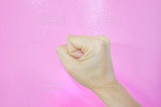 ピンクの t シャツを持っている手の写真・画像素材[1164704]