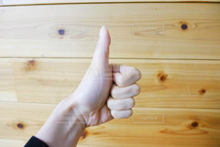 いいねと指でサインする女性の写真・画像素材[1165396]