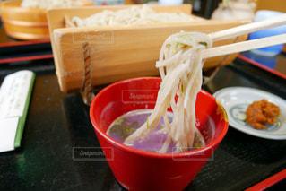 テーブルの上に食べ物のお蕎麦の写真・画像素材[1167625]