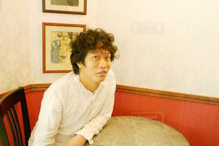 レストラン内の椅子に座る男性の写真・画像素材[1190565]