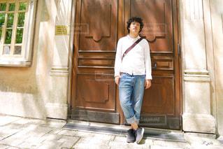 ドアの前に立っている男性の写真・画像素材[1190566]