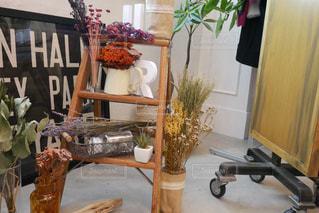 家具やテーブルの上の花瓶で満たされた部屋の写真・画像素材[1193849]