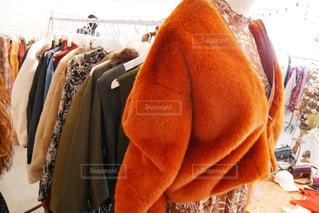 ジャケットやコートなどが並ぶアパレルショップの店内。の写真・画像素材[1193850]