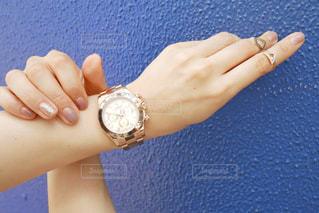腕時計をつける手のアップの写真・画像素材[1206985]