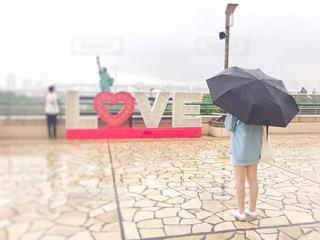 傘を持つ女性の写真・画像素材[1229170]