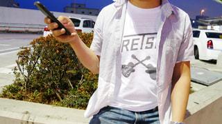 携帯電話を保持している男の写真・画像素材[1235709]