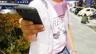 携帯電話を持つ手の写真・画像素材[1235710]