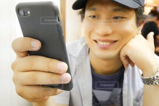 携帯電話を手にする男性の写真・画像素材[1239345]