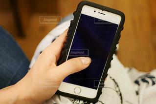 携帯電話を持つ手の写真・画像素材[1239380]