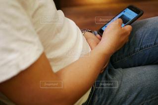 携帯電話を使用している男性の写真・画像素材[1239381]