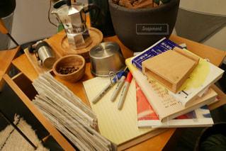 雑然としたコーヒー テーブルの写真・画像素材[1241986]