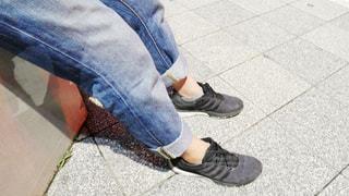 近くに歩道上に立って青と白の靴を履いて足のアップの写真・画像素材[1241992]