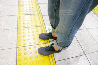 人の足、歩道の上に立って横になっている人の写真・画像素材[1270360]