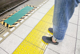 歩道の上に立っている人の写真・画像素材[1270365]