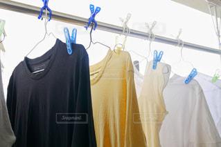 物干し竿に掛かっている洗濯物の写真・画像素材[1273122]