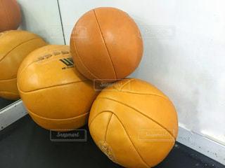 近くにバスケット ボールのアップの写真・画像素材[1273127]