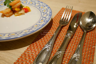 ナイフとフォークの食事のプレートの写真・画像素材[1276625]