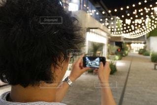 携帯電話で写真を撮る男性の写真・画像素材[1276628]