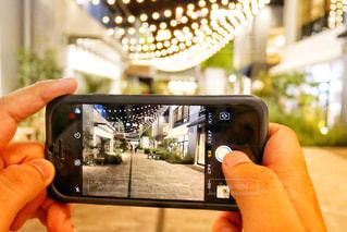 携帯電話を持つ男性の手元の写真・画像素材[1276629]