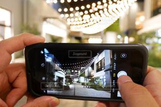 携帯電話を持つ手の写真・画像素材[1276630]