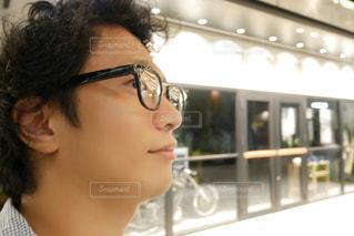 メガネ、カメラ目線の男性の写真・画像素材[1277693]