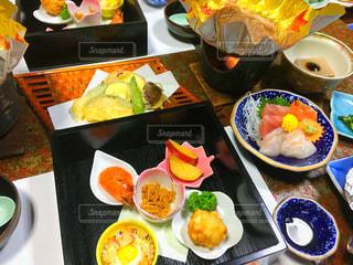 テーブルの上の皿の上に食べ物の束の写真・画像素材[1283476]