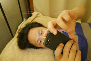 携帯電話を持つ男性の写真・画像素材[1295145]