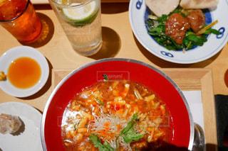 テーブルの上に食べ物のプレートの写真・画像素材[1302097]