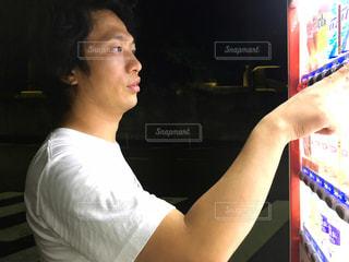 自販機で購入しようとしてる男性の写真・画像素材[1308872]