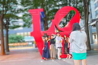 歩道の上に立っている人の写真・画像素材[1310552]