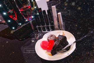 テーブルの上に食べ物のプレートの写真・画像素材[1311078]
