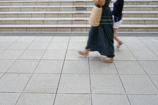 歩道の上に立っている人の写真・画像素材[1316365]