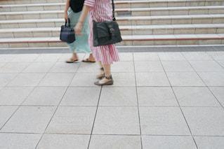歩道の上に立っている人の写真・画像素材[1316366]