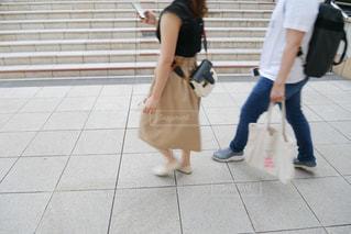 歩道を歩く女性と男性の写真・画像素材[1316367]