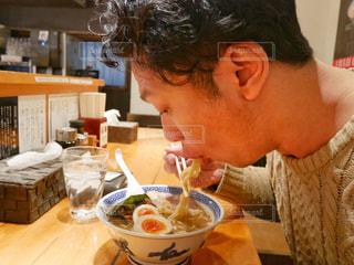 食事のテーブルに座って男の写真・画像素材[1320111]