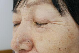目を瞑る年配の女性の目元アップの写真・画像素材[1325749]