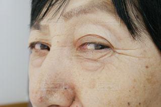 年配の女性の目のアップの写真・画像素材[1325753]