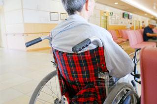 車椅子に座っている男性の写真・画像素材[1326197]