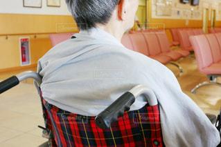 病院で車椅子に座っている年配の男性の写真・画像素材[1326211]